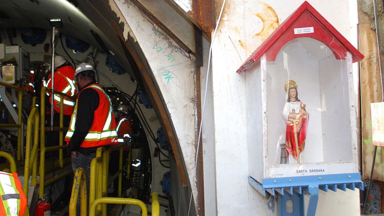 Tradition oblige, les tunneliers sont placés sous la protection de Sainte Barbe, patronne et protectrice des mineurs et des travailleurs en sous-sol.